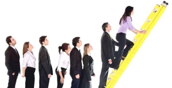 Девушка поднимается по метафорической лестнице