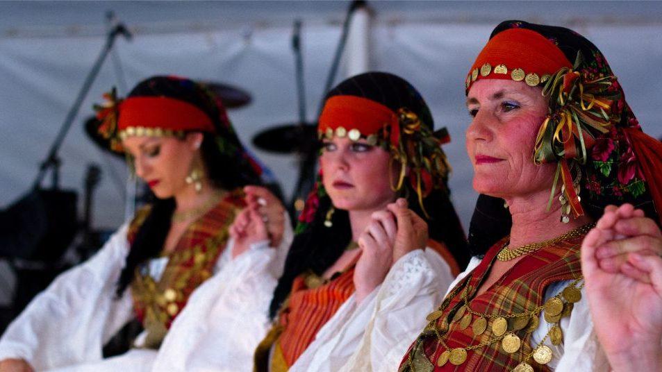 Женщины в национальных костюмах