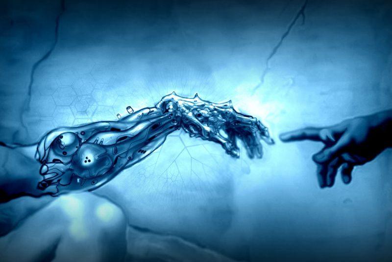 Модифицированная рука тянется к обычной человеческой