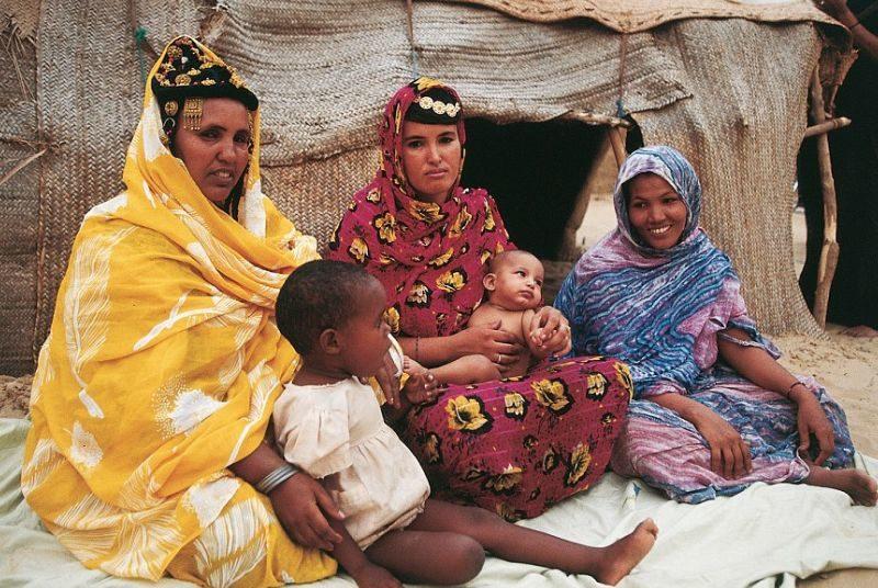 Три женщины в национальных костюмах с детьми