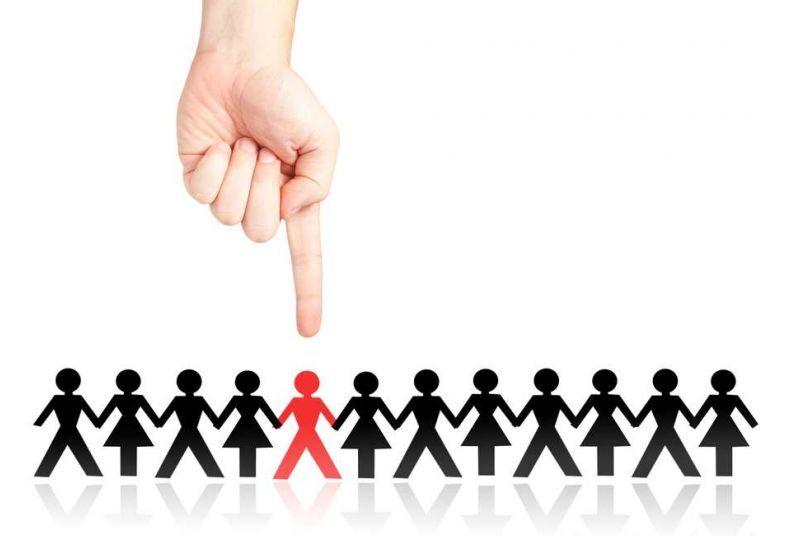 Палец указывает только на одного человечка из толпы